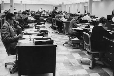 Υπάλληλοι σε γραφείο εταιρίας, κατά τη δεκαετία του 60