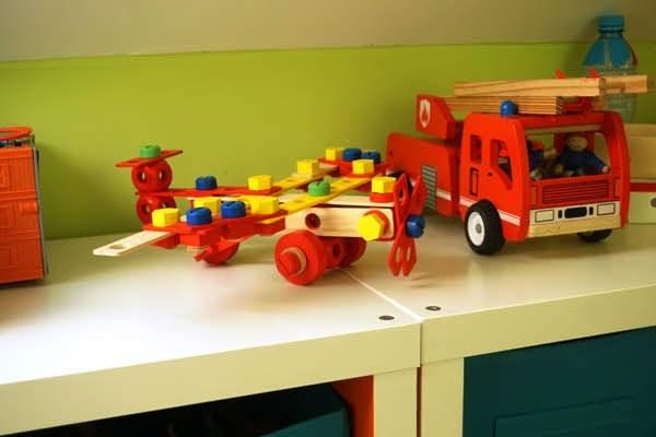 pokój zabawkowy wspólny dzieci, drewniany zabawki straż pożarna, samolot