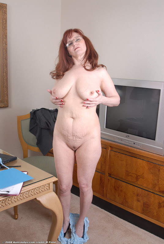 Over 60 mature model pearl shows us her granny body and pier 10