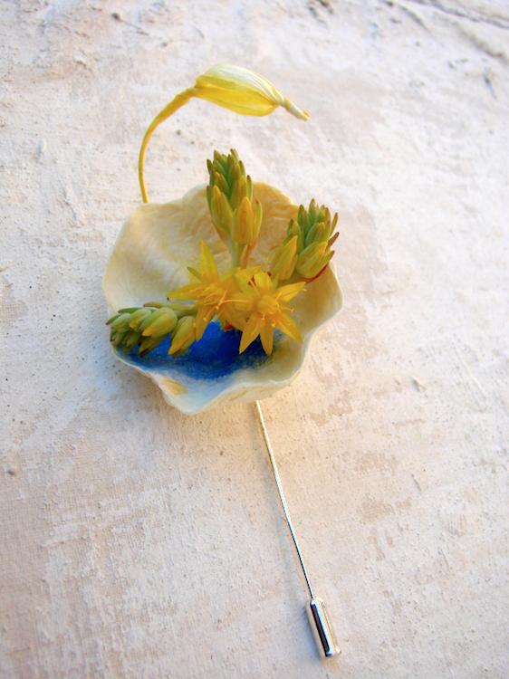 spilla di carta dipinta a mano come segnaposto per matrimonio eco sostenibile