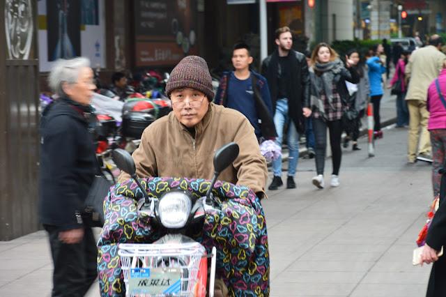 Un papi en scooter à Shanghai