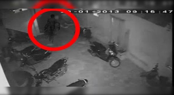 CCTV Terakam Hantu Jalan Sana sini Kat Luar Rumah, Seolah-olah Sedang Cari Sesuatu??