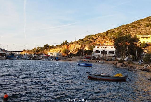 łódka na morzu grecja chios port mesta limenas