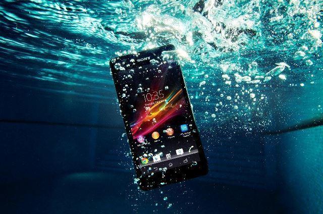 أداة بسيطة وموجودة في كل منزل لجعل هاتفك يعمل تحت الماء بدون أي ضرر | الطريقة مضمونة , اللاصق البلاستيكي , ملاقط  , عالم التقنيات , بسام خربوطلي