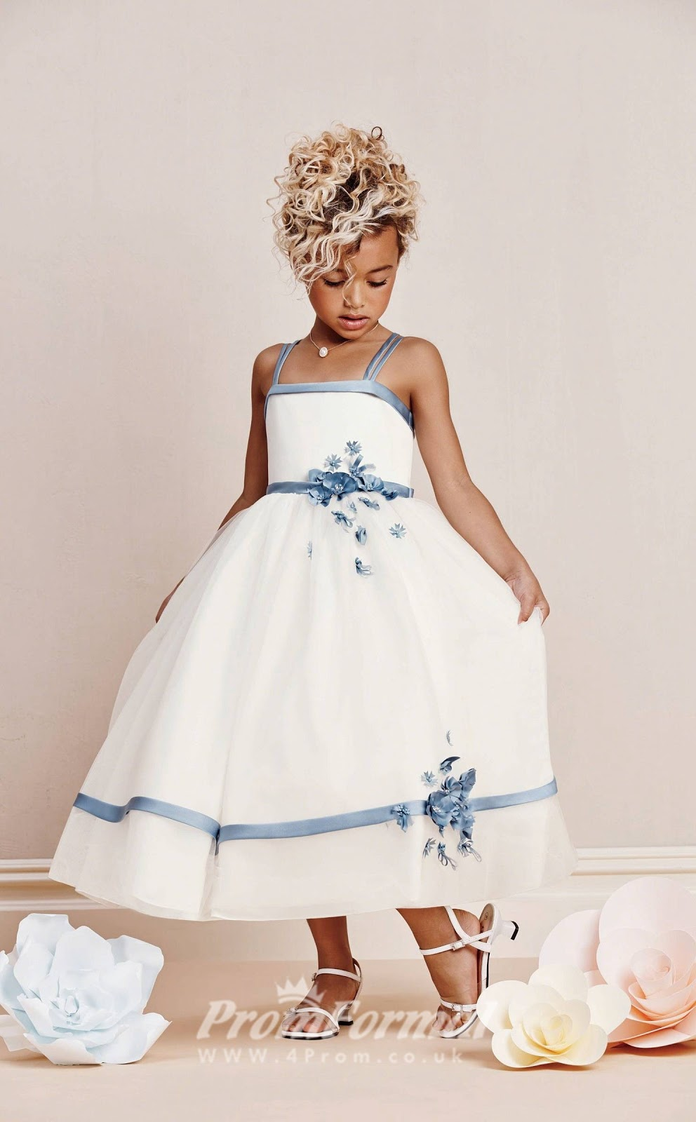 8445990b518c Un abitino dalle linee semplici di un candido color bianco latte con  dettagli di un luminoso color azzurro che alla sottoscritta ricorda molto  di più il ...