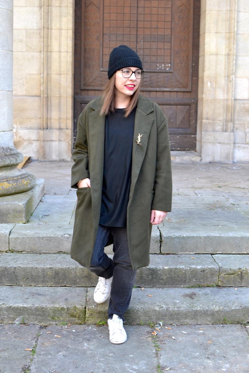 manteau kaki Sheinside, proche YSL de Joli Closet, bonnet noir Etam, pull noir et jean noir H&M, stan smith
