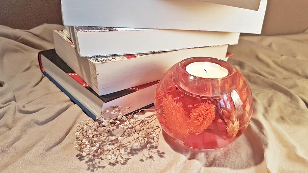 Bücherstapel und Kerze