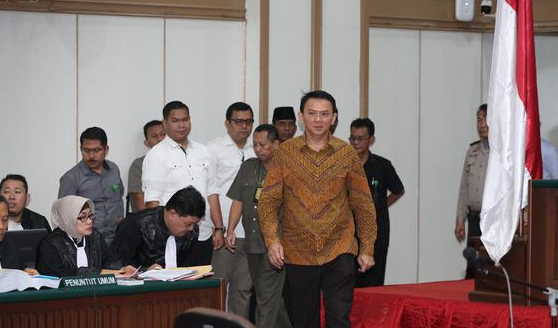 Terdakwa kasus penistaan agama, Basuki Tjahaja Purnama (Ahok) memasuki ruang persidangan di Auditorium Kementerian Pertanian, Jakarta, Senin (24/1). (Liputan6.com/Faizal Fanani/Pool)