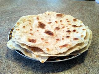Tortilla, czyli placki np. pszenne. Widok na tortille ułożone na talerzu