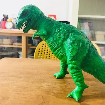 恐竜はバカみたいな色のやつがいい