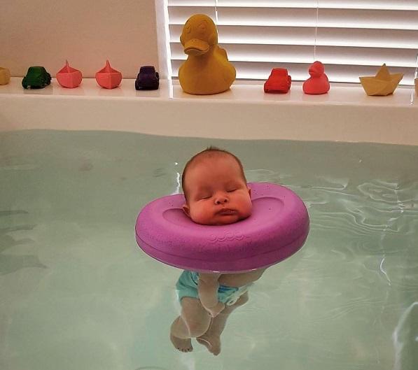 Mam posmoderna consideraciones sobre los flotadores de for Piscina bebe con parasol