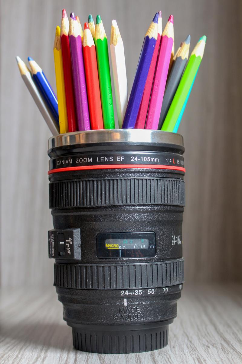 caneca lente canon cheia de lápis de cor