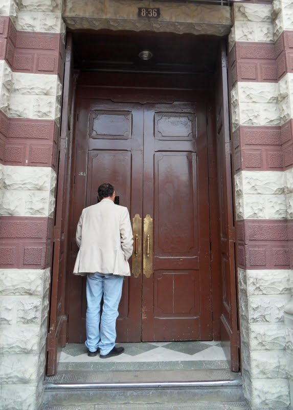 Los mejores pintores fot grafos y escultores de colombia for Fotos de puertas de madera antiguas