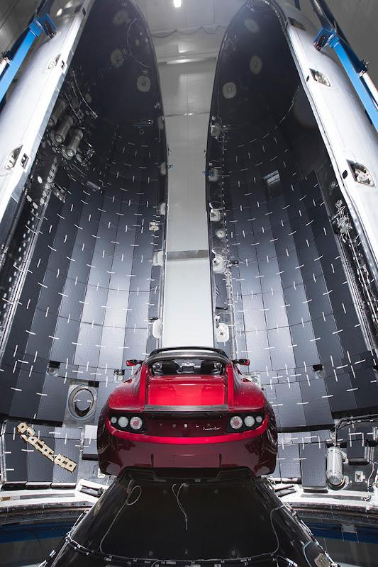Chiếc xe mui trần của hãng Tesla được đặt bên trong tầng thứ hai của tên lửa Falcon Heavy. Tesla cũng là công ty của tỷ phú Elon Musk, nổi tiếng với sản xuất dòng xe điện. Hình ảnh: SpaceX.