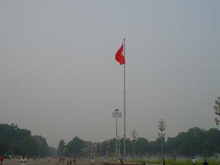 Hanoi Vietnam fotos bandera vietnam en mausoleo Ho Chi Minh