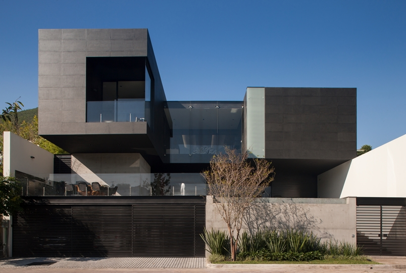 Facade of Dominant modern mansion by GLR Arquitectos