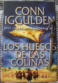 Portada del libro Los huesos de las colinas, de Conn Iggulden