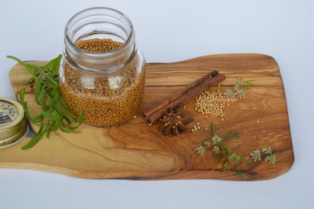 Pikkelöityjä sinapinsiemeniä, possua ja salaattia omasta maasta