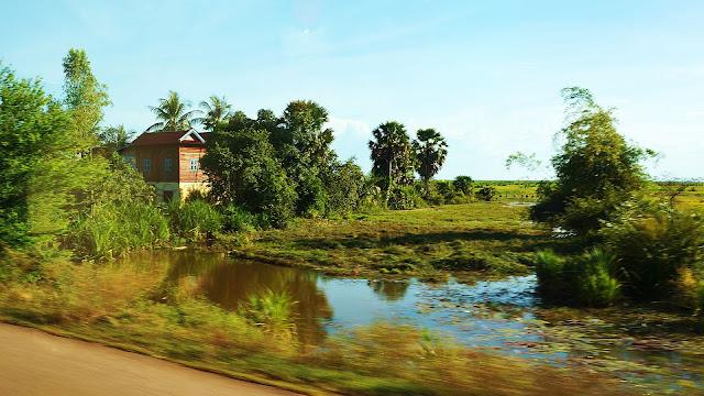 Изображение домика среди деревьев, Камбоджа