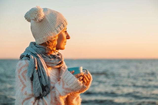 kobieta nad morzem jesień