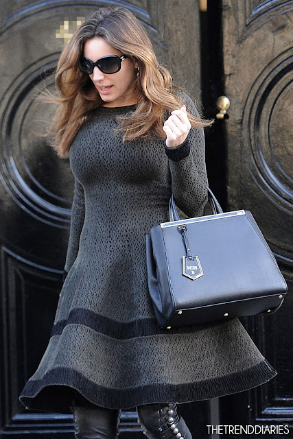 e0934eebf2 Kelly Brook... O ne marka giymiş  Çizmeler  Christian Louboutin  Ronfifi   Over-The-Knee Boot Çanta  Fendi  2Jours  Elite Leather Shopper -