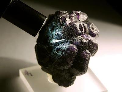 alejandrita-piedra-preciosa-cambio-de-color-foro-de-minerales