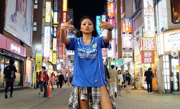 Wow! Model Cantik Indonesia Ini Bikin Heboh Warga Jepang dengan Jersey Persib