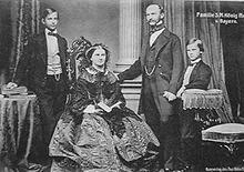 A la Izquierda, un joven Luis II de Baviera por Hanfstaengl