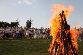 """جميلات أوكرانيا يقفزن فوق النيران بمهرجان """"ايفانا كوبالا"""""""
