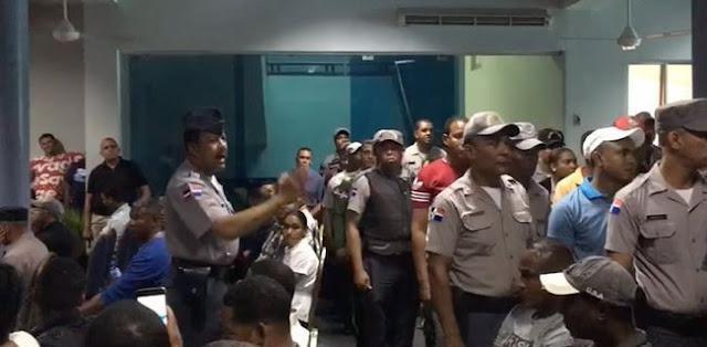 Decenas de agentes realizaron hoy una protesta en el Palacio Policial para quejarse porque no fueron ascendidos de rangos.