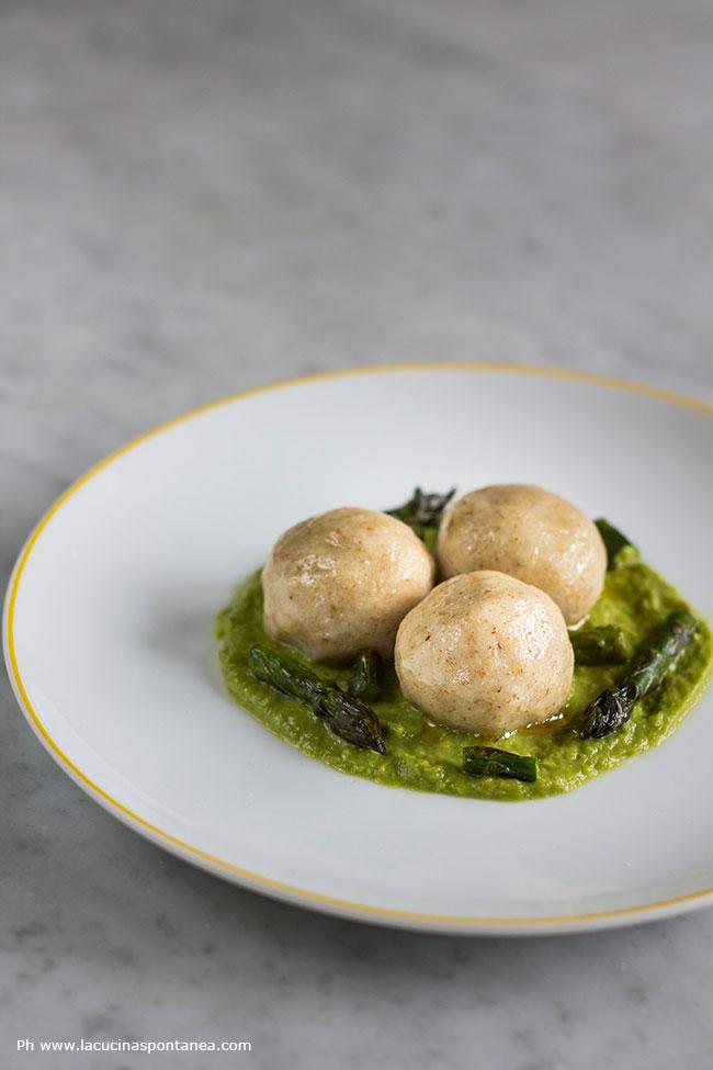 Gnocchi ripieni di baccalà su crema di asparagi