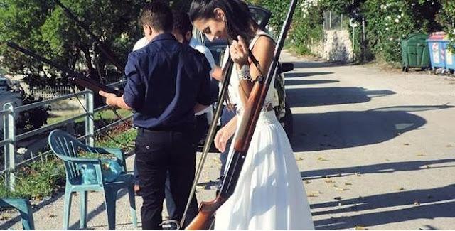 Νύφη πήγε στον γάμο της με καραμπίνα