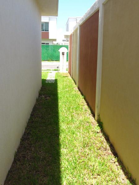 Jard n creativo con pasto gravilla y bamb dise os para for Jardines pequenos para la casa