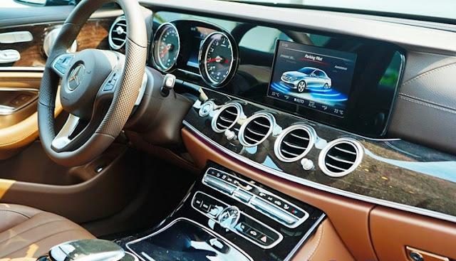 Tựa tay Mercedes E250 2018 được thiết kế bắt mắt với nhiều tiện ích bên trên