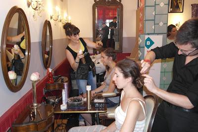 Eddy et Kalyce réalisant les coiffures pour les invités Birchbox.