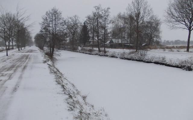 Sloot bedekt met een dikke laag sneeuw