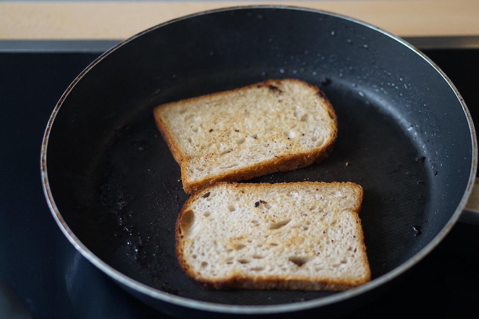 BLT Sandwich: Brot wird im Bacon-Fett geröstet.