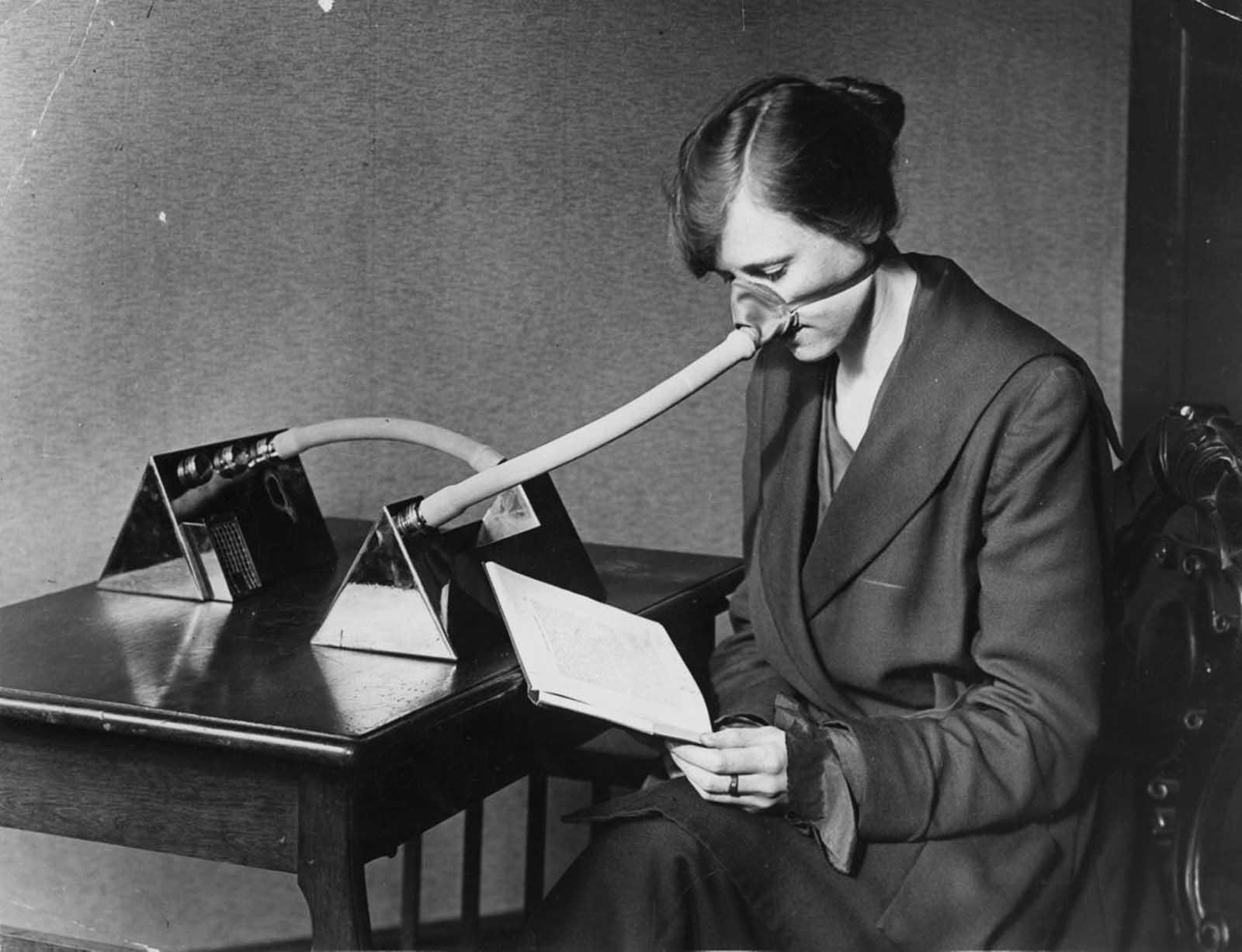 Una mujer que llevaba una máscara contra la gripe durante la epidemia de gripe que siguió a la Primera Guerra Mundial, 1919.