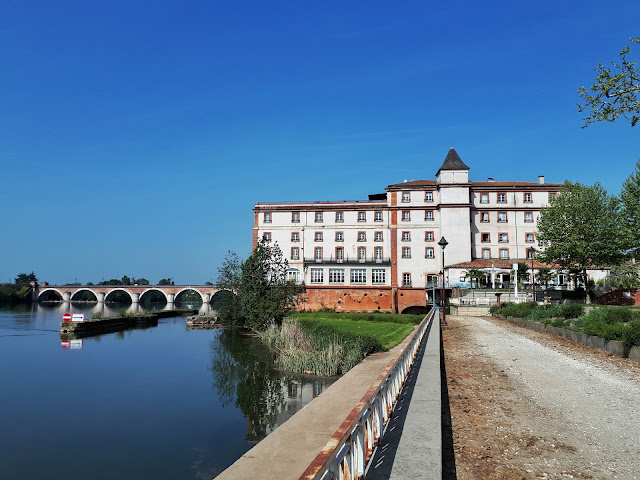 hotel Moulain de moissac with pont de Napoleon bridge in Moissac