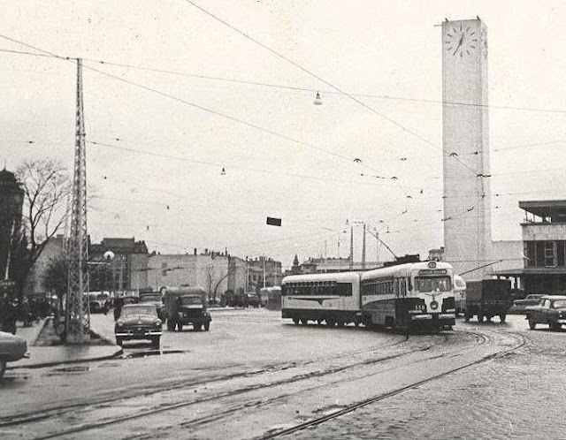 1965 год. Рига. Трамваи следуют по улице Суворова, проходят возле Привокзальной площади и едут по улице 13 января...