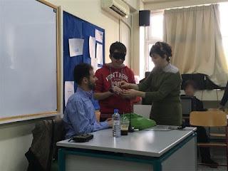 Παιδί με μάσκα προσπαθεί να αναγνωρίσει κέρματα