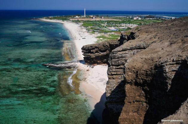 Biển xanh, cát trắng, nắng vàng…đảo Lý Sơn là nơi thiên nhiên giao hòa, nơi trời và biển gặp gỡ…với tấng địa chất đặc biệt và thiên nhiên tuyệt đẹp, đảo Lý Sơn là địa điểm du lịch hấp dẫn đối với du khách trong cũng như ngoài nước.