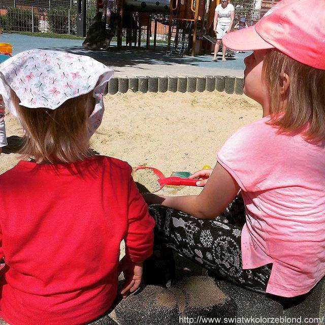 zabawa dzieci w piaskownicy na placu zabaw dla dzieci