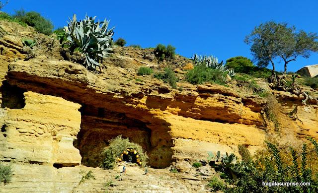 Capelinha montada em uma gruta no Jardim da Kolymbethra, Vale dos Templos de Agrigento