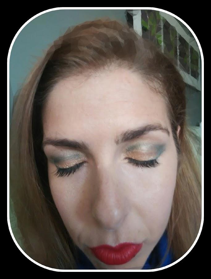 look dorado y verde con labios rojos