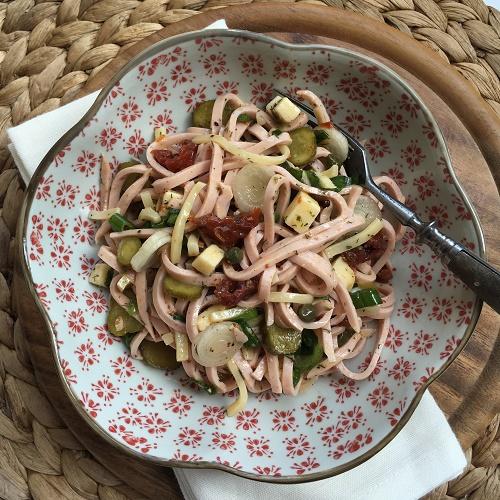 Wurst-Käse-Salat mit getrockneten Tomaten, Kapern, Gürkchen und Frühlingszwiebeln