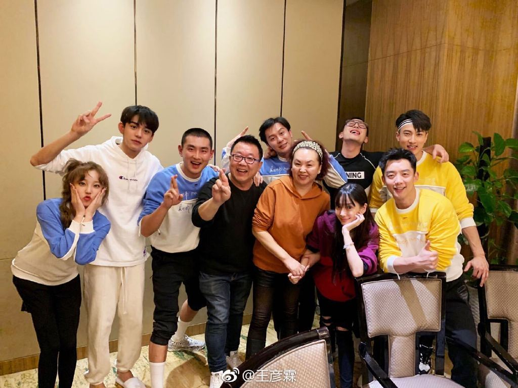 Wu Chun takes a family picture with the members of Keep