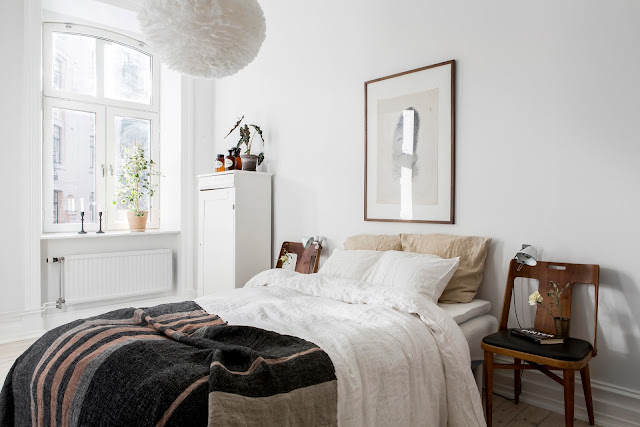 Una camera da letto calda e accogliente
