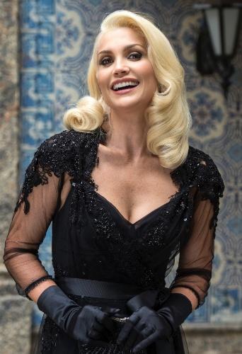 Flavia alessandra com um vestido de festa preto