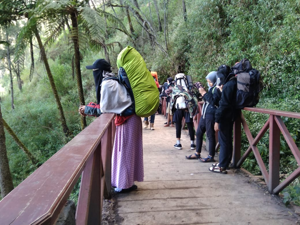 Tips Mendaki Menggunakan Pakaian Syar I Ala Indah Kurniasih